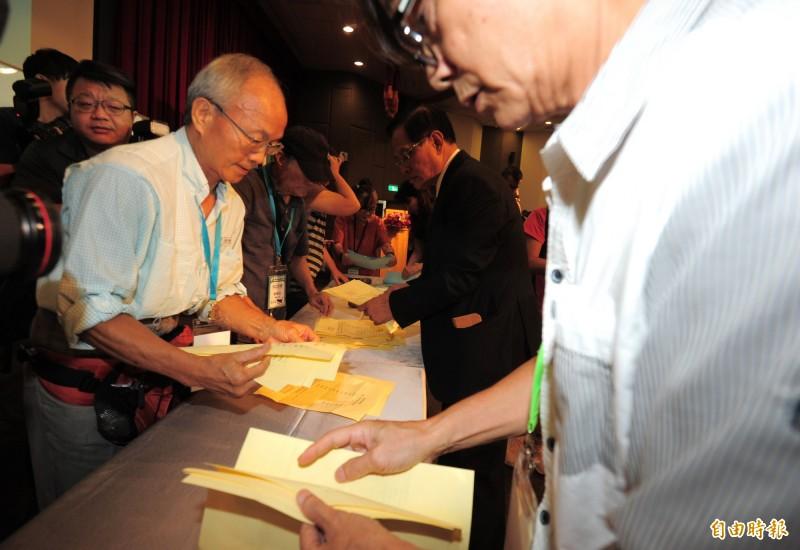 喜樂島聯盟政黨成立大會,黨員投票黨主席及決策委員。(記者王藝菘攝)