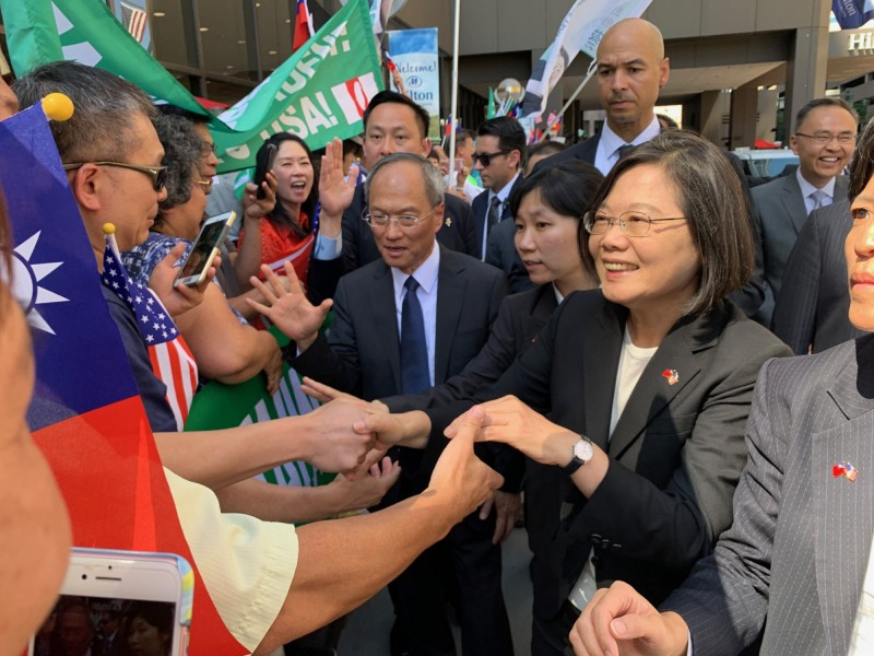 總統蔡英文抵達丹佛,抵達飯店時,僑胞高喊「蔡總統加油」。(中央社)