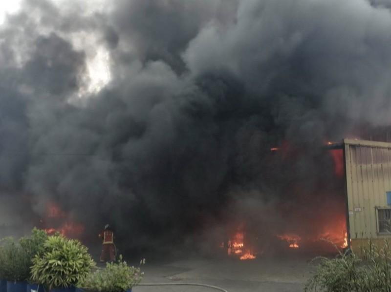 桃園龜山工廠大火竄出濃煙。(記者周敏鴻翻攝)