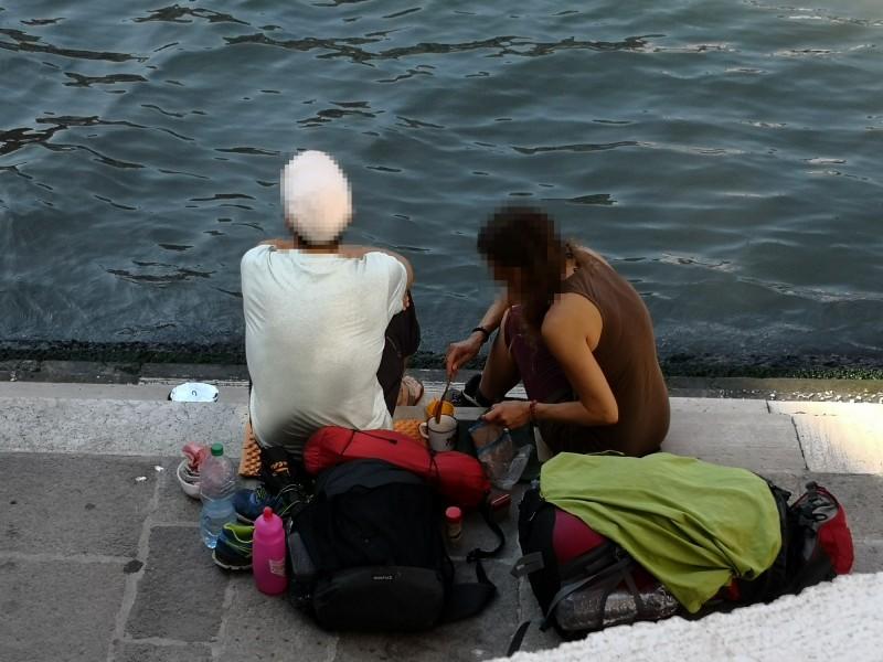 德國遊客在威尼斯名橋泡咖啡 重罰3萬餘元