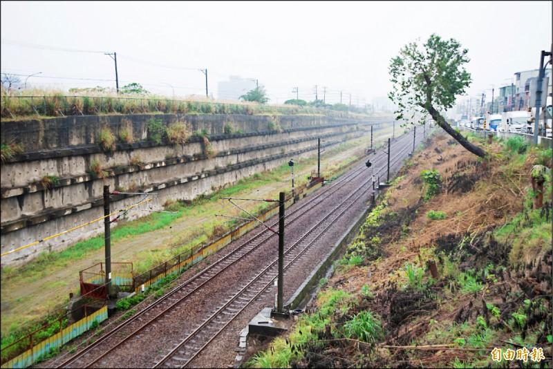 台鐵預定興建鳳鳴臨時站的位置,在原訂永久站體旁。 (記者翁聿煌攝)