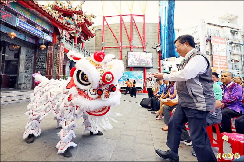 來自馬來西亞的「檳州舞獅工委團」演出,市長鄭文燦(右)發給紅包。(記者許倬勛攝)