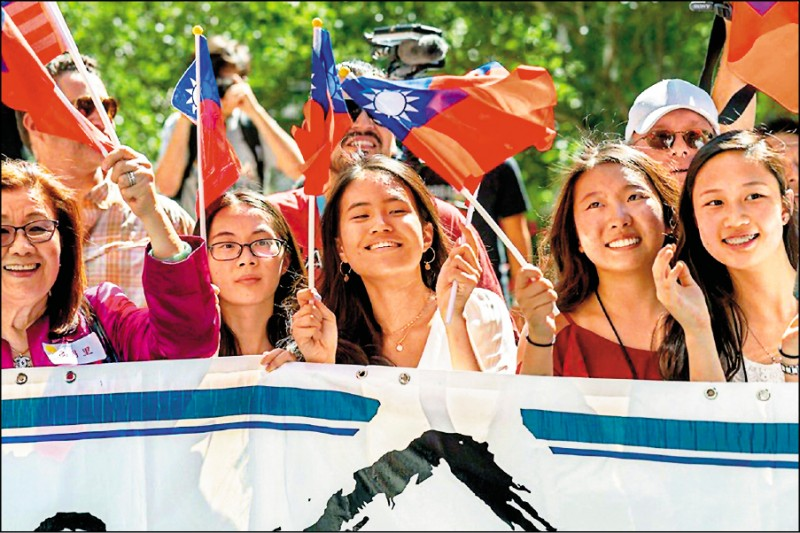 蔡英文總統抵達丹佛時,數百名僑胞在飯店外守候,揮舞國旗迎接。(取自總統府網站)