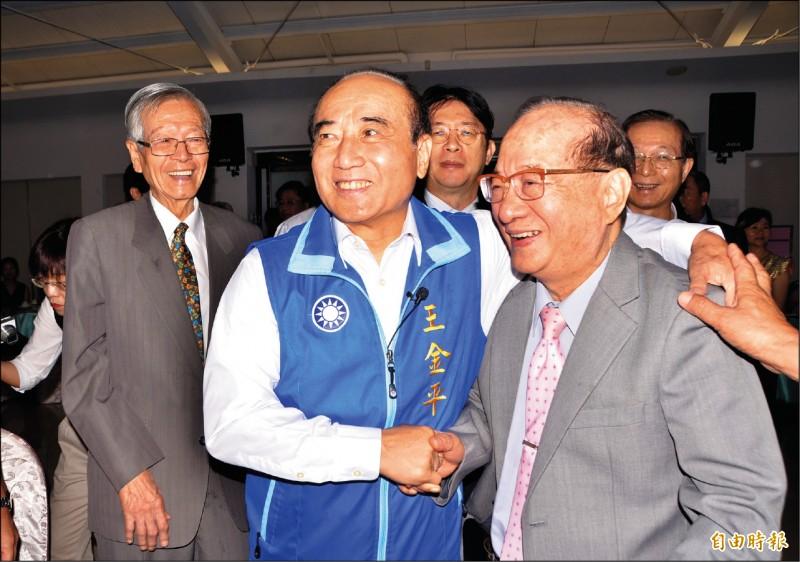 前立法院長王金平昨天遇到台南一中的老同學王昭雄(右),開心不已。(記者吳俊鋒攝)