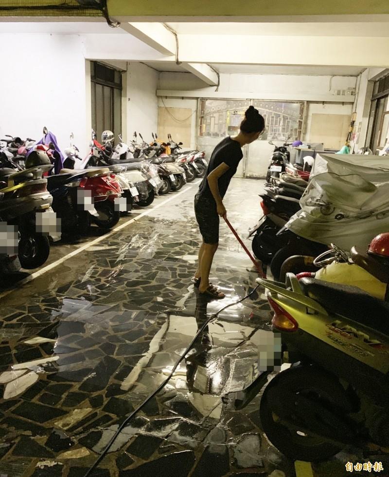 住戶無奈表示終於可以清理家園。(記者陳文嬋攝)