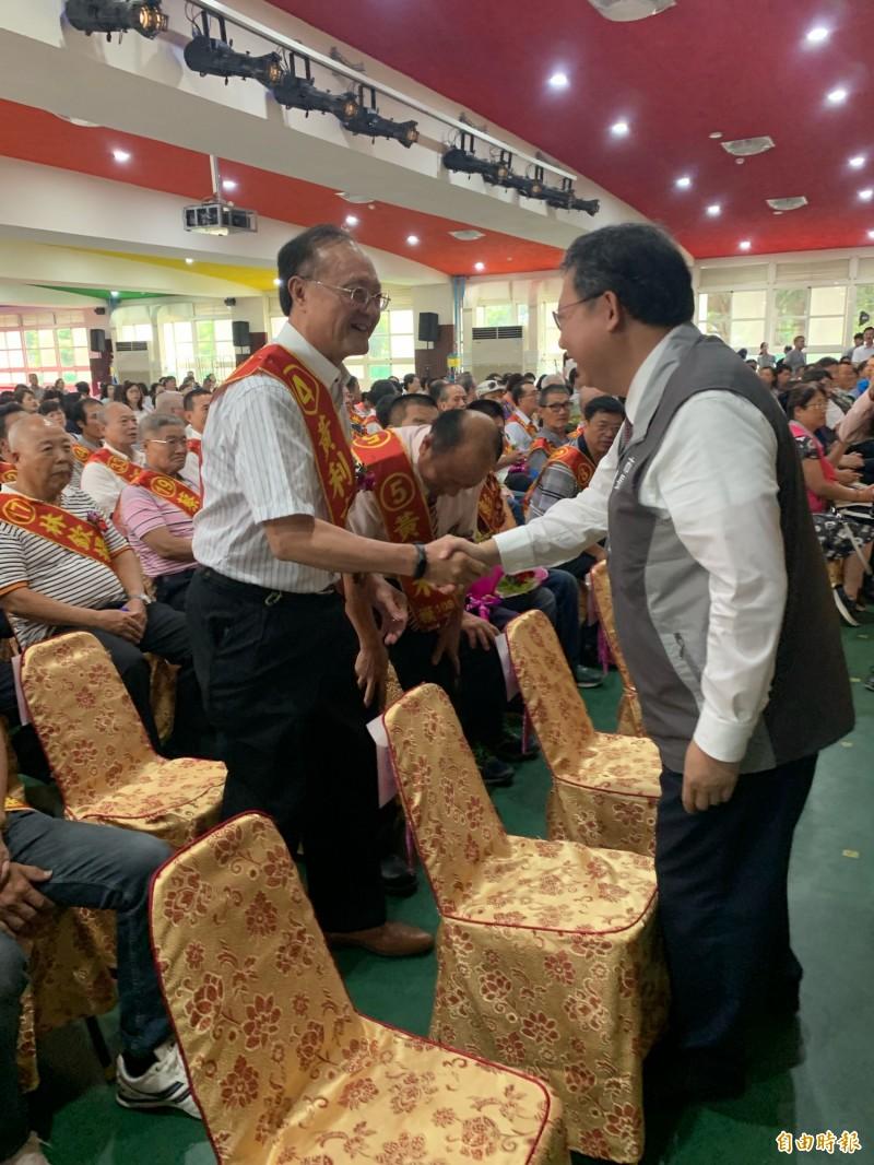 市長鄭文燦和獲得模範父親之一的黃利吉先生握手致意。(記者陳恩惠攝)