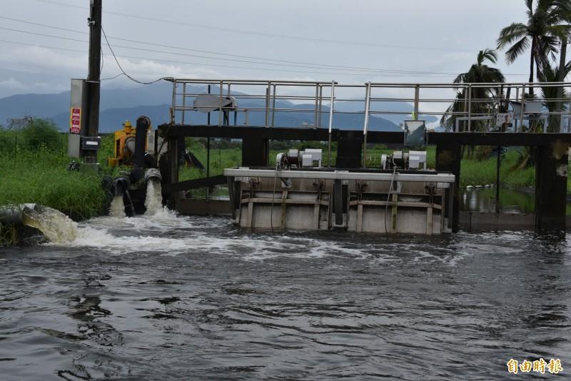 台17線林邊鄉嗂仔口橋的水位相當滿,抽水機不斷的抽水(記者葉永騫攝)