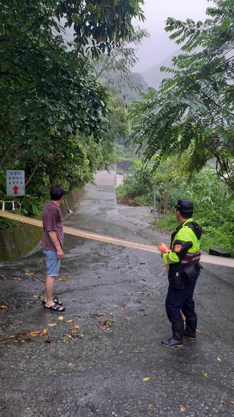 花蓮地區今天上午發生大雷雨,中午12點多花蓮縣秀林鄉翡翠谷、水源地等區域溪水暴漲。(圖由吉安警分局提供)