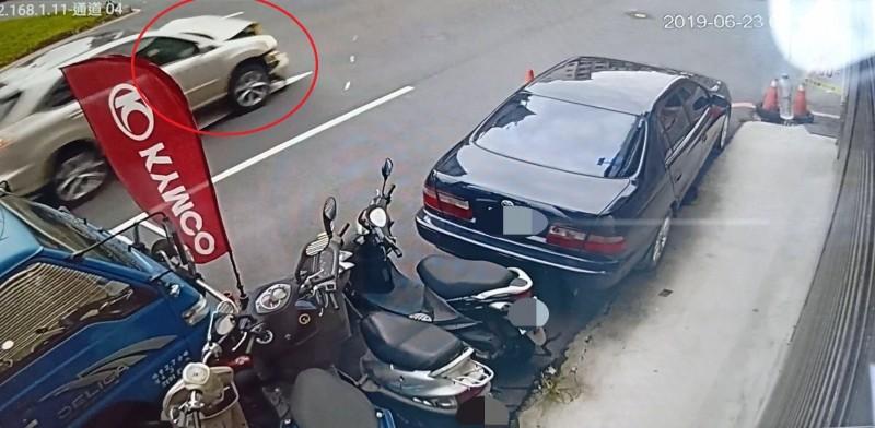 三寶大叔駕駛「開口笑」的汽車逃逸,畫面顯得很誇張。(記者張瑞楨翻攝)