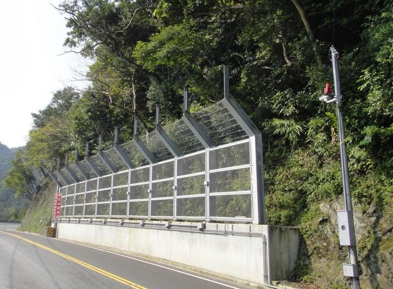 公路總局在蘇花公路設置的落石告警系統,由兩道攔截防護網及感測器組成,可望提高用路安全性。(記者張議晨翻攝)
