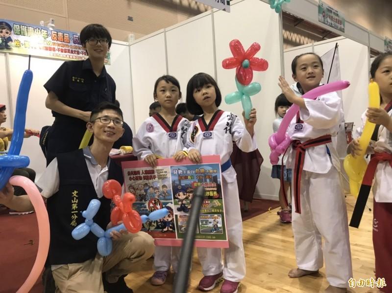 台北市警方舉辦「武動青春、拳力反毒」活動,吸引許多小朋友到場共襄盛舉。(記者姚岳宏攝)