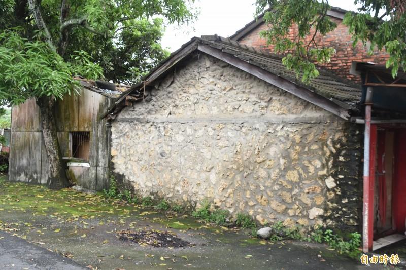 再興新村老房子當年興建就地取材,石材以大崗山的咾咕石為主。(記者蘇福男攝)