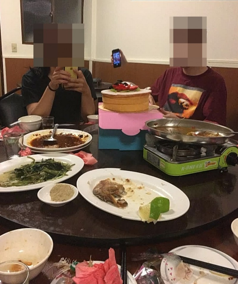 慶祝母親節的照片哩,兩人中央憑空出現一支拿著手機的手。(黃姓民眾提供)