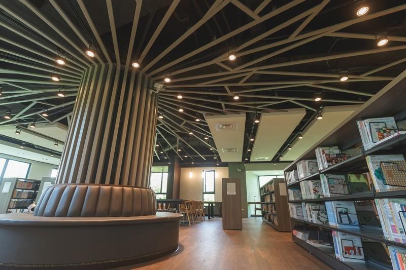 李科永紀念圖書館室內設計以樹、蔭、葉為元素,與戶外綠意巧妙相呼應。(高市圖書館提供)