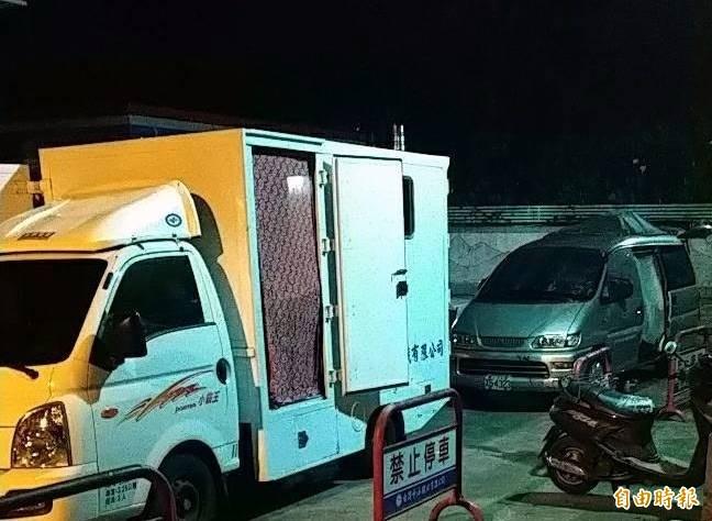 溪頭加油站入夜打烊後,有遊客罔顧「禁止停車」標語,直接將露營車開進加油站內停靠。(記者謝介裕攝)