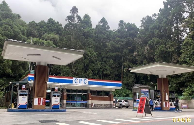 溪頭加油站是溪頭風景區裡頭唯一的加油站,且周邊均豎牌「禁止停車」。(記者謝介裕攝)