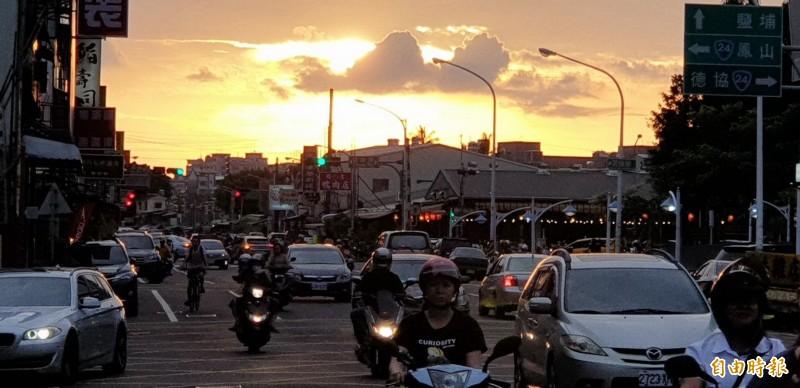 下了3天的大雨,南部的夕陽伴隨著下班的人群,讓民眾感到「美呆了」。(記者葉永騫攝)