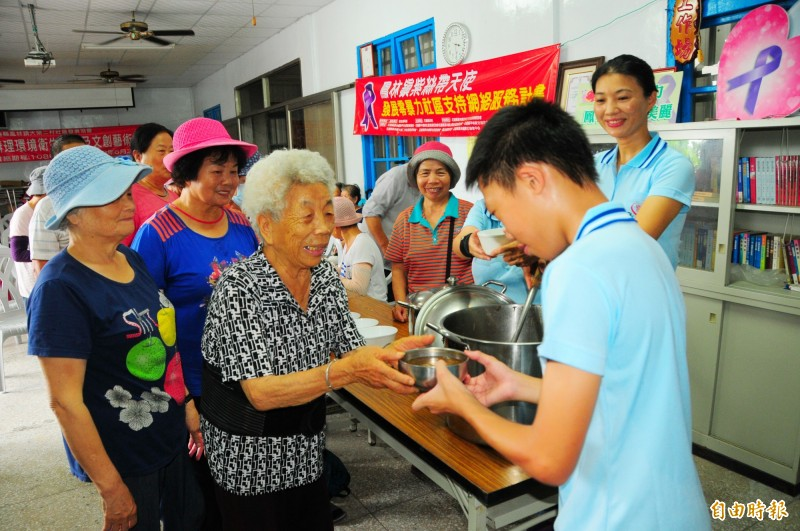 暑假帶兒子環島送雞湯給老人喝!這位媽媽用心良苦