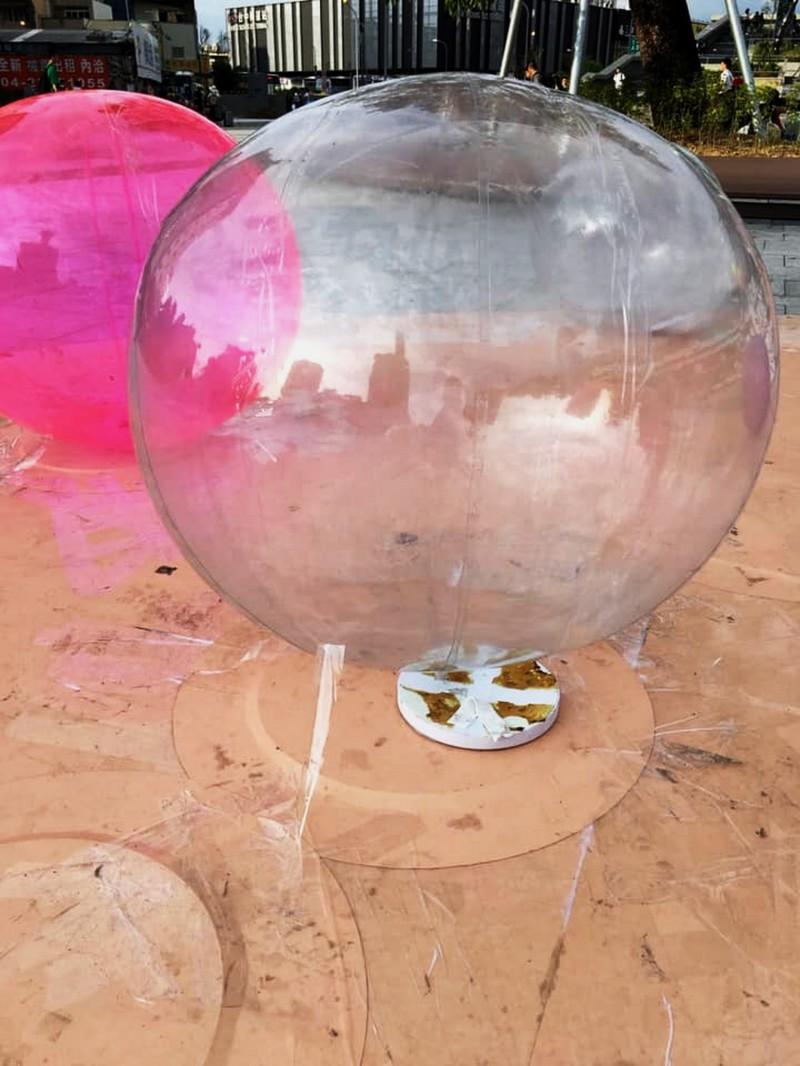珍珠造型氣球以膠帶固定。(記者張菁雅翻攝)