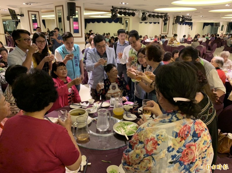 民進黨主席卓榮泰今天晚間親自出席「DPP姊妹幫回娘家」台東首發場活動。(記者王秀亭攝)