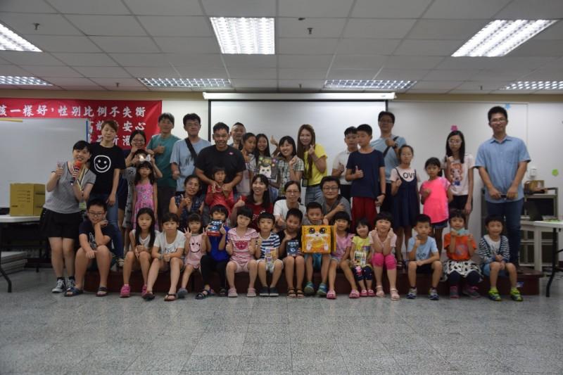 善化區公所今在善化圖公館舉辦「同桌共競」活動,邀請親子一起體驗時下最熱門的桌遊活動。(善化區公所提供)