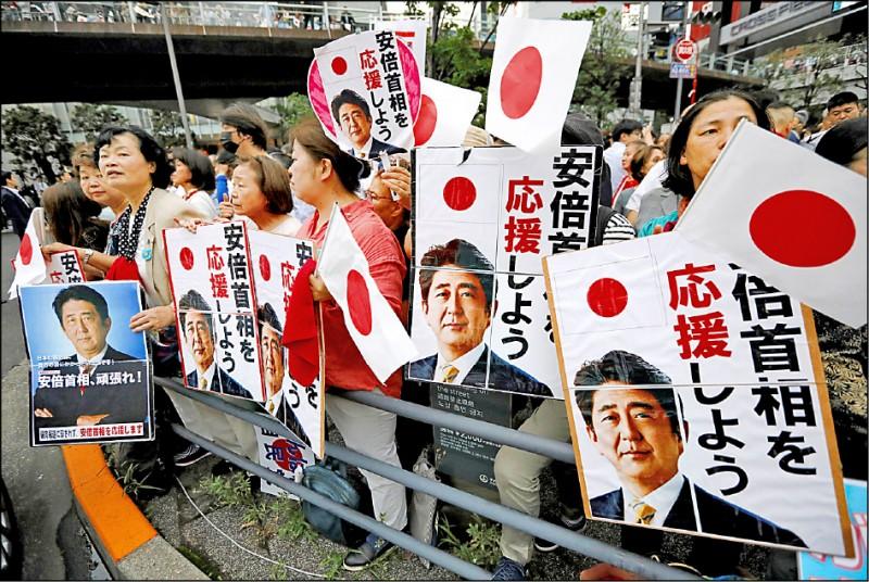 日本參議院21日舉行改選,首相安倍晉三按慣例在秋葉原舉辦選前之夜,支持者從下午就開始聚集。(路透)