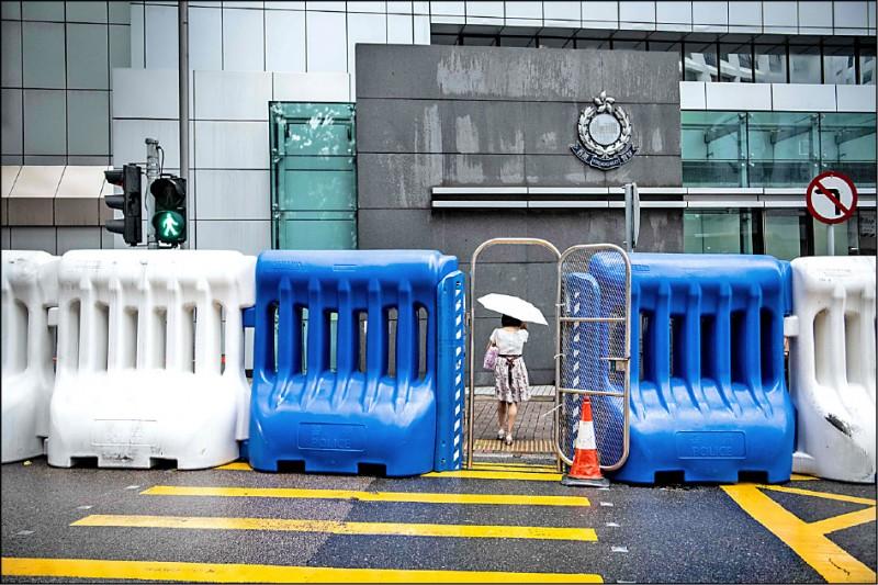 香港警方為了因應「七二一」反送中遊行,二十日已在政府總部、警察總部周遭設置近兩百座高達兩公尺、俗稱「水馬」的充水式護欄。 (法新社)