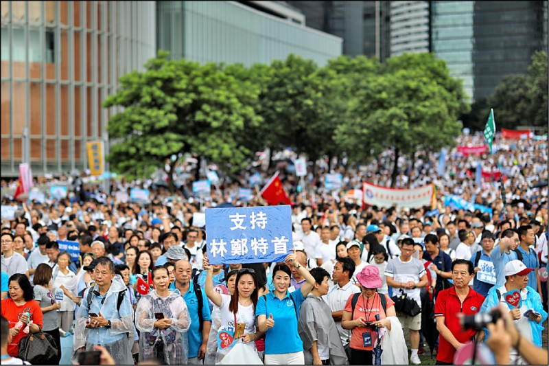 香港建制派二十日舉行「守護香港」活動,號稱吸引超過三十一萬人(警方估約十萬人)參與,部分與會者高舉「支持林鄭特首」的標語響應。(歐新社)