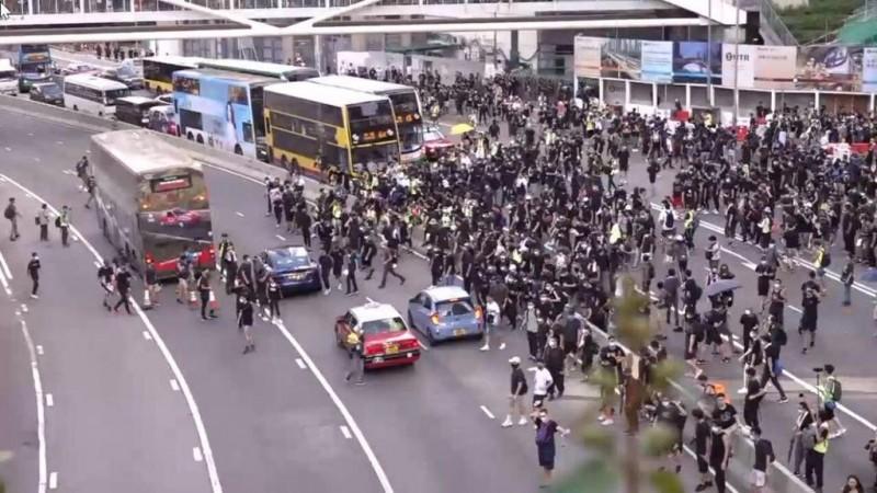 遊行人士已佔領夏慤道4條車道。(圖擷取自TG_反送中已核實資訊頻道)