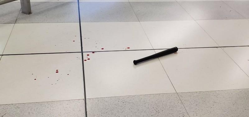 香港元朗有大批黑社會人士身著白衣,針對身穿黑衣的反送中抗議民眾下手,圖為留在地上的短棒和斑斑血跡。(圖擷取自TG_中大學生會消息發佈)