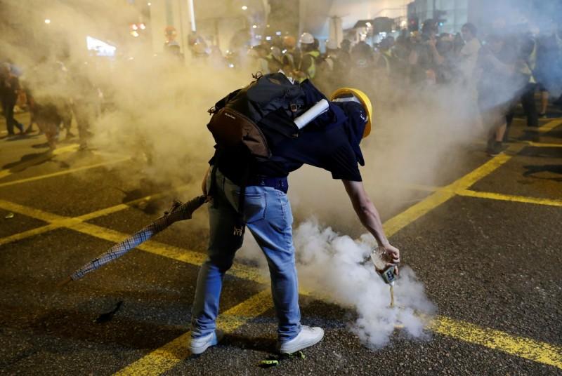 警方同一時間在多個地點施放催淚彈。(路透)