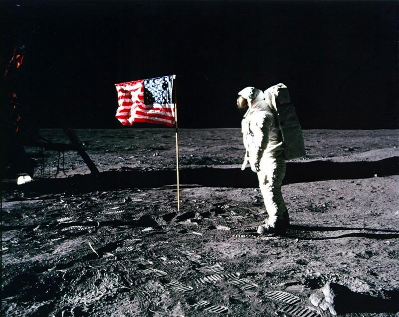 這三個膠卷總共2小時48分鐘的長度,記綠了太空人尼爾.阿姆斯壯在月球表面的第一步,在月球土地插上美國國旗等歷史畫面。(歐新社)