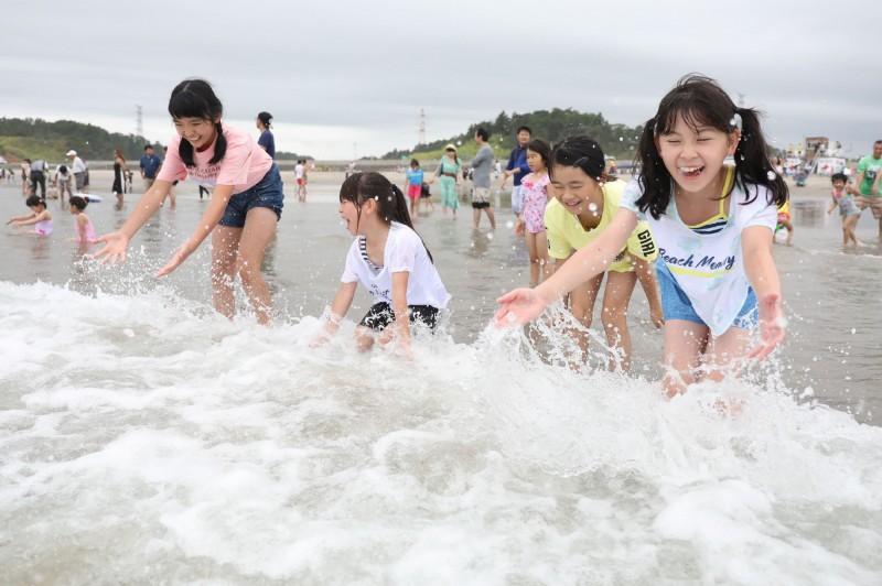 沒輻射了!福島海水浴場開放 親子湧入同樂