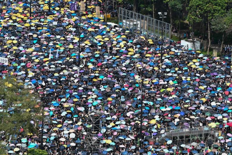 遊行出發前,維多利亞公園內等待出發的人潮已經站滿超過4個足球場。(法新社)