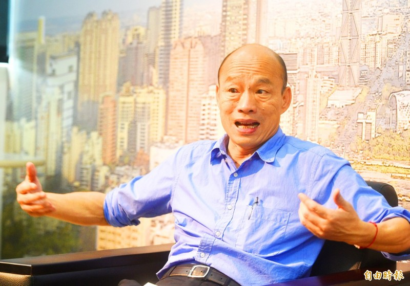 Kaohsiung Mayor Han Kuo-yu gestures during an interview with Liberty Times reporters at his office on July 5. Photo: Chang Chung-yi, Taipei Times
