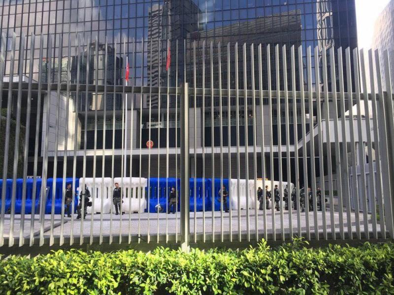 政府總部外、添華道往特首辦公室方向等地軍有警方設下的大型水馬。(圖擷取自TG_反送中已核實資訊頻道)