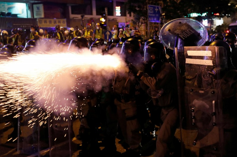 警方於晚間10點後,多次對示威者動用催淚彈、布袋彈以及橡膠子彈等武器武力強勢清場。(路透)