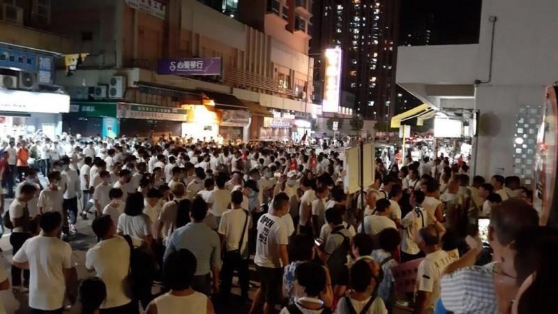 目前,元朗區已聚集大量的白衫人士。(圖擷取自TG)
