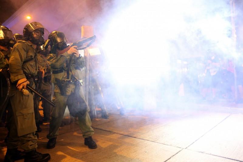 警方於晚間10點後,多次對示威者動用多種武器武力強勢清場。(歐新社)