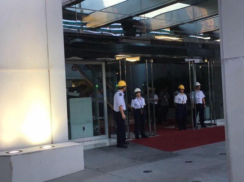 有示威者在中聯辦外,要求與香港中聯辦主任王志民會面。(圖擷取自TG_反送中已核實資訊頻道)