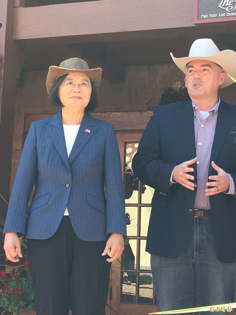 蔡總統受美國參議員賈德納邀請,一起戴上牛仔帽騎馬,體驗道地的美國西部風情。(記者楊淳卉攝)