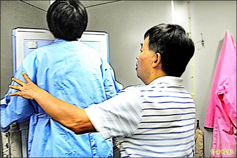 台東縣長饒慶鈴親自到移動式X光車接受檢查。(記者王秀亭攝)