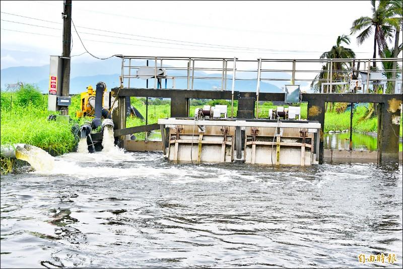 台十七線林邊鄉嗂仔口橋的水位相當滿,抽水機不斷的抽水。(記者葉永騫攝)