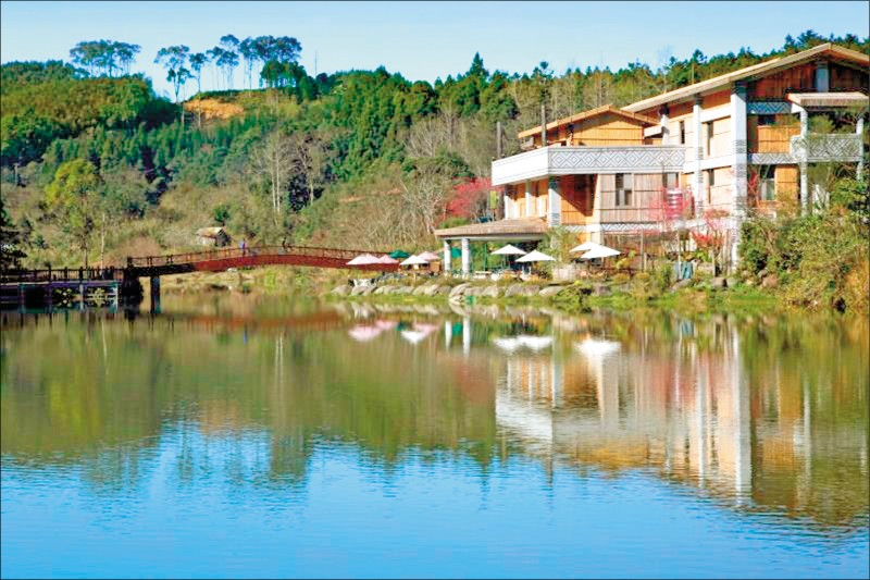 南庄鄉向天湖風景秀麗,湖光山色吸引許多觀光客。(記者鄭名翔翻攝)