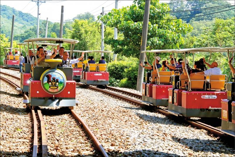 「鐵道自行車」(Rail Bike)沿途飽覽優美林相、湖色景觀及舊山線鐵道,帶動三義觀光人潮。(記者鄭名翔翻攝)