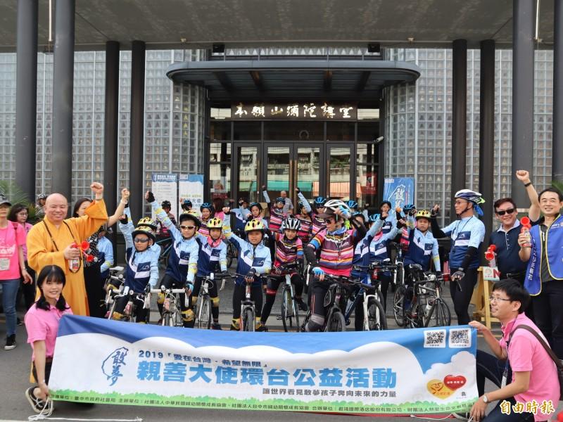中華民國婦幼關懷成長協會舉辦「愛在台灣.希望無限」親善大使環台公益活動。(記者歐素美攝)