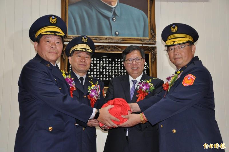 桃園市長鄭文燦(右二)主持「新任分局長、大隊長聯合交接典禮」。(記者周敏鴻攝)