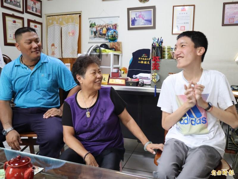 潭子區嘉仁里長林瑞文(左)擔心換新的外籍看護工,恐影響兒子右廷(右)生活及學習。(記者歐素美攝)