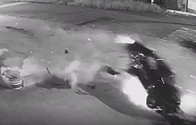 彰化伸港濱二路傳出飆車趴,迴轉白車與直行黑車直接撞上。(記者劉曉欣翻攝)