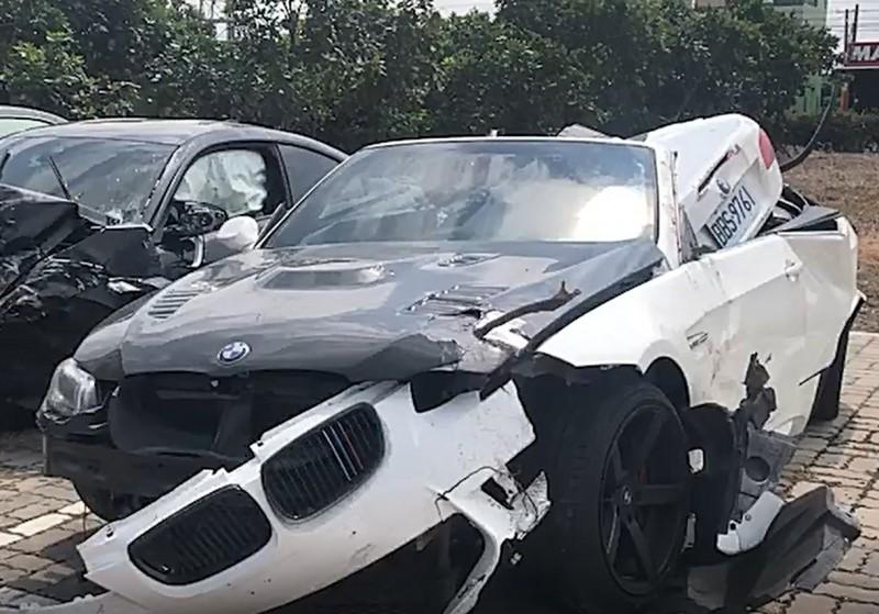 彰化伸港濱二路又見飆車,白色敞篷車撞成爛鐵。(記者劉曉欣翻攝)
